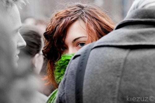 Kvinde der er halvt gemt bag en person
