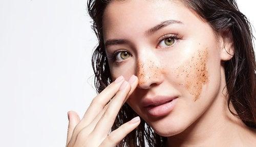Kvinde der paafoerer ansigtsmaske