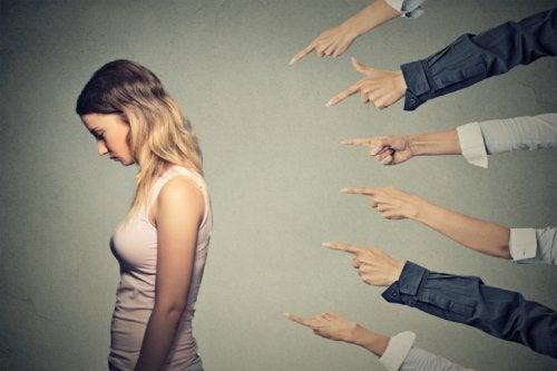 Kvinde der faar peget fingre af sig