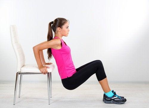 Kvinde der traener med en stol