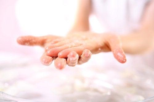 Kvinde med scrub paa sine haender
