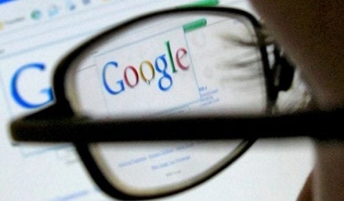 Person der kigger paa google