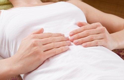 Kvinde med mavesmerter