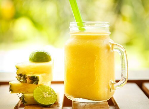 Smoothie med aeble og ananas og lime