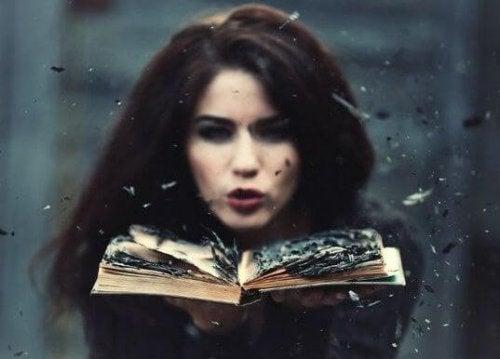 Kvinde med en bog - Bevidstloese forhold