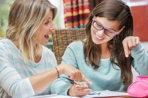Mor der hjaelper sin datter med lektier