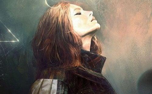 En kvinde der staar med lukkede oejne