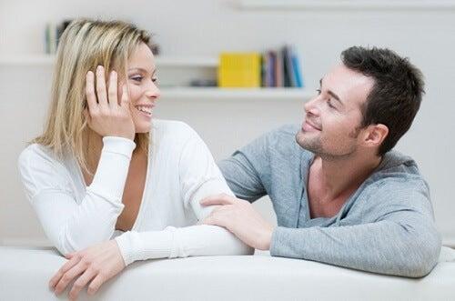 Mand og kvinde der stirrer hinanden dybt i oejnene