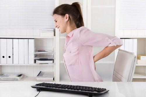 Kvinde med rygsmerter - fordele ved graviola