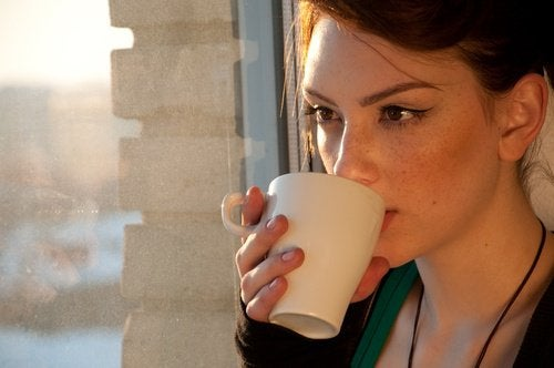 Ung kvinde drikker te