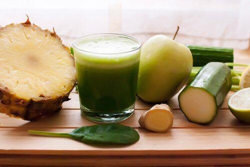 Slip af med væskeophobning med ananas, agurk og padderok