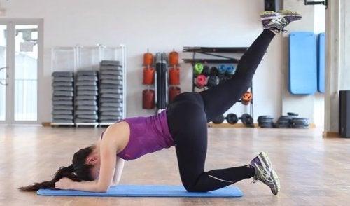 Din talje kan bliver meget mere udtalt, hvis du laver denne øvelse med dine ben