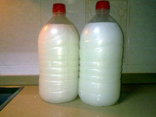 2 flasker med hvid vaeske