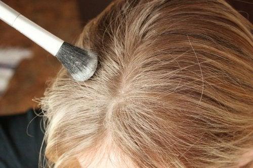 Kvinde paafoerer toer shampoo