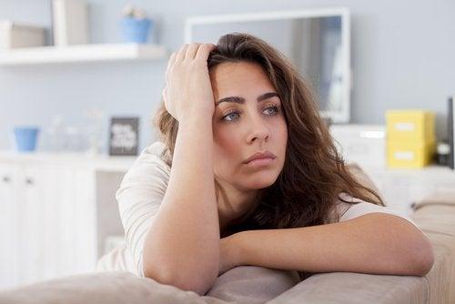 Kvinde i sofa deprimeret