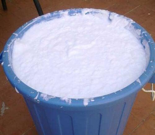 En stor spand med hvidt stads - flydende vaskemiddel