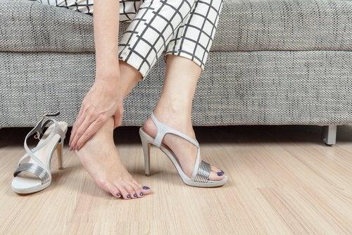 Kvinde der tager sig til sin fod