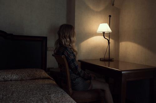 Person der sidder i et moerkt rum - den fattige mand
