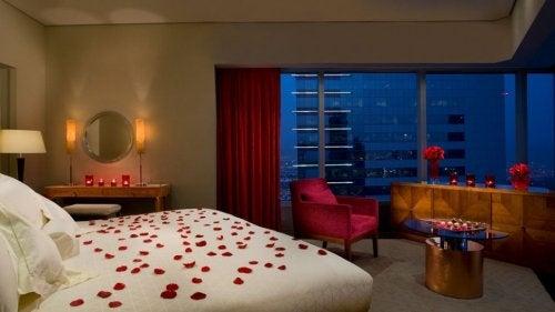 Sovevaerlse med rosenblade paa sengen