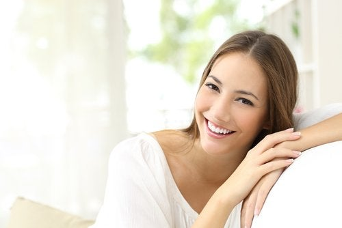 Ung kvinde der smiler