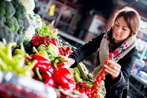 Kvinde der koeber groentsager