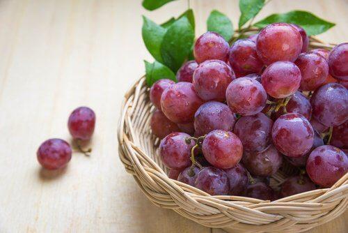 Du bør kende til disse 5 grunde til at spise røde vindruer