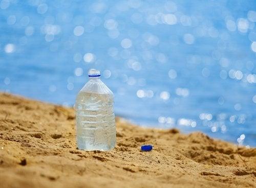 Plastikflaske på stranden