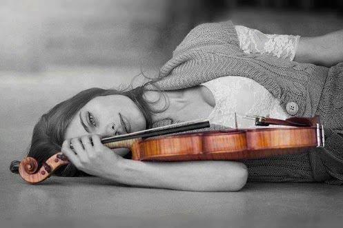 Kvinde der ligger med en violin