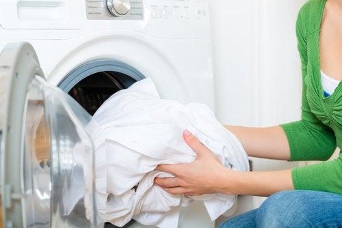 Kvinde der vasker hvidt toej