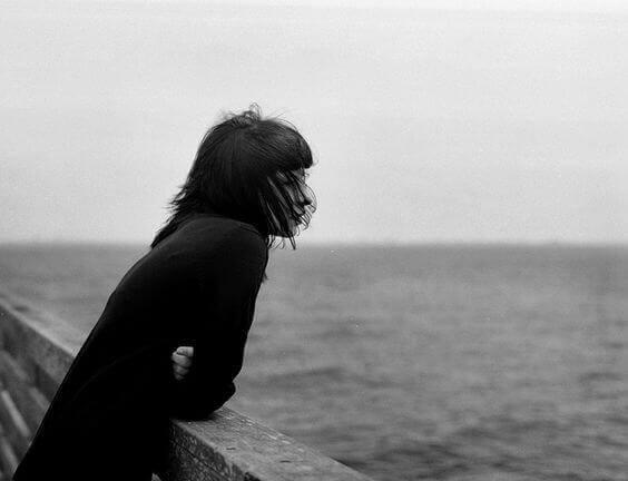 Kvinde der ser ud over vandet