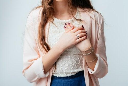Kvinde der staar med haenderne sammenfoldet - lungekraeftpatienter