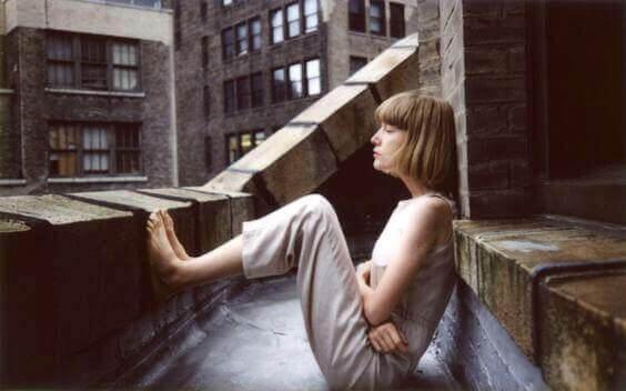 Kvinde der sidder udenfor med bare foedder