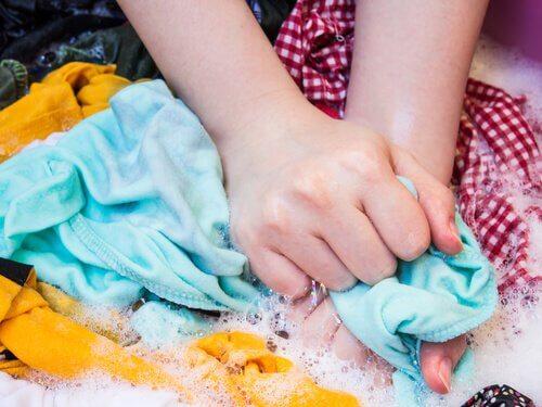 Farvet toej der bliver haandvasket