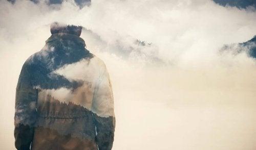 Person der staar ved en masse skyer