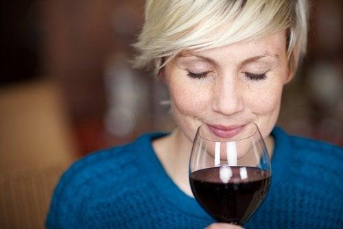 Kvinde dufter til rødvin