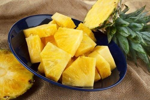 Ananas i en skaal