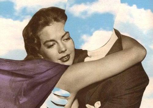 Kvinde der krammer en mand med usynligt hoved