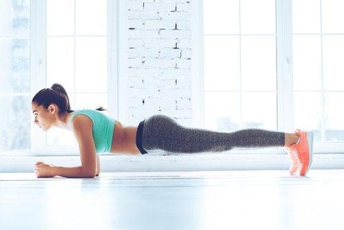 Kvinde laver planken