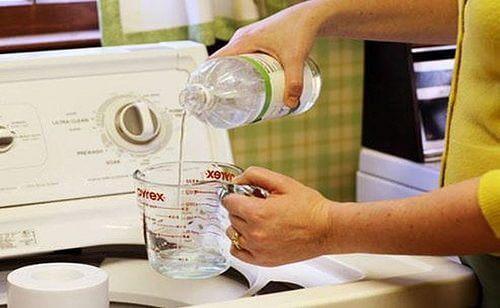 Hvid eddike kan bruges til at rense ildelugtende tøj