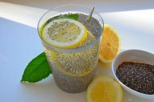 Vand med chiafroe og citron