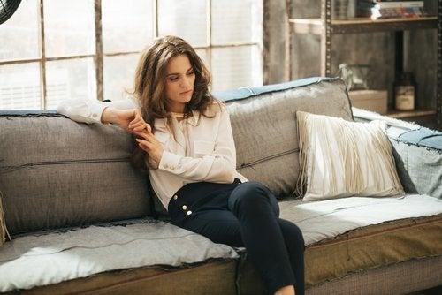Kvinde der sidder i sofaen