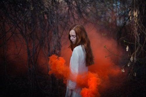 Pige i skov med roedt roeg