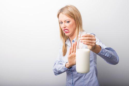 Kvinde med laktoseintolerans