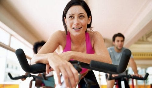 Kvinde der er paa en motionscykel