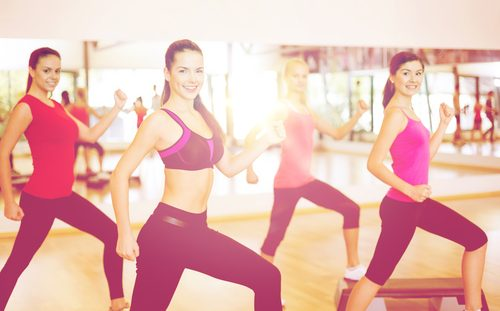 Kvinder der motionerer indendoers