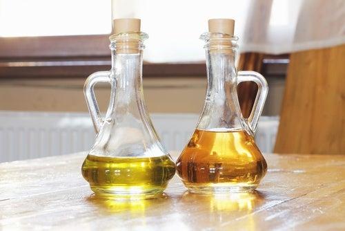 Eddike og olie paa flaske