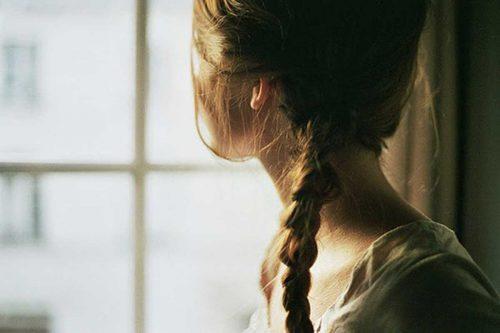 Pige der ser ud af vinduet - Haandtere doeden