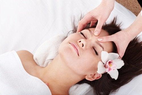Kvinde der faar hoved massage