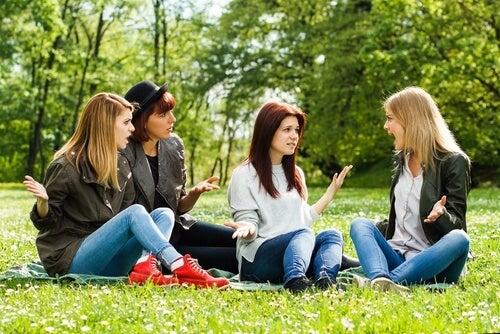 4 veninder der sidder paa graesset