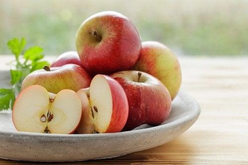 Skål med æbler